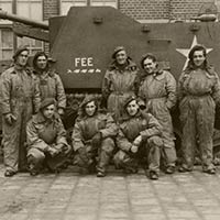 Self-propelled gun 'Fee' and crew